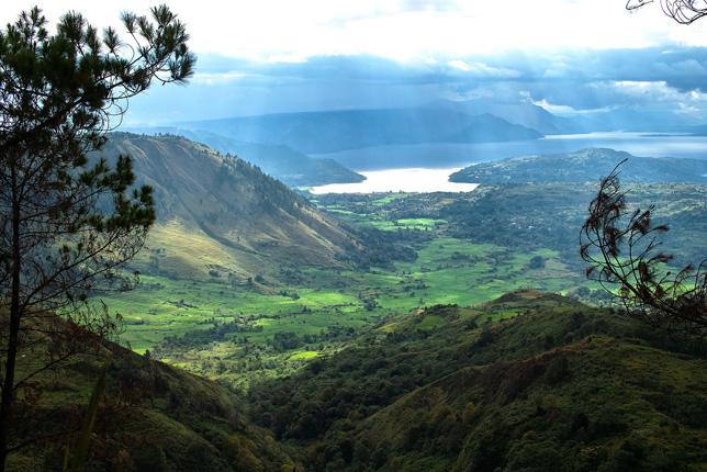 Громадное вулканическое озеро Тоба на острове Суматра.