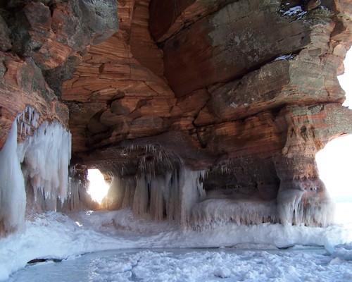 Ледяные пещеры на островах Апосл-Айлендс