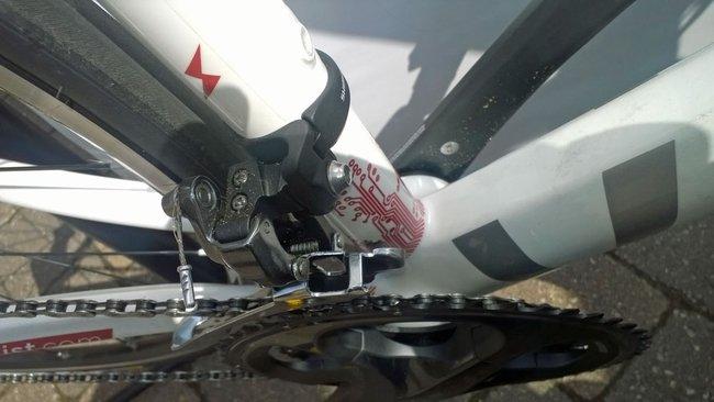 Электропривод велосипеда скрыт в полой раме и помогает вращать педали