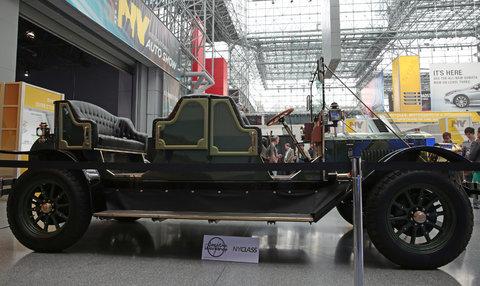 Транспортное средство в стиле «латунной эпохи» оборудовано приводом на задние колёса и может развивать максимальную скорость до 30 миль в час (48 км/ч).